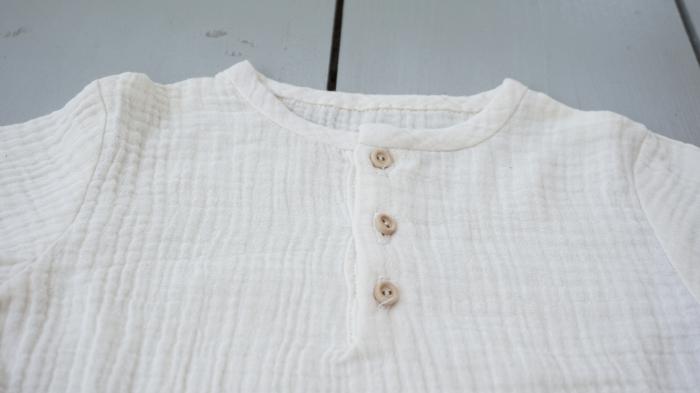 Tricou din muselină albă cu nasturi de lemn 2