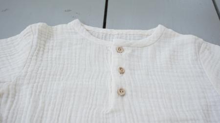 Tricou din muselină albă cu nasturi de lemn2