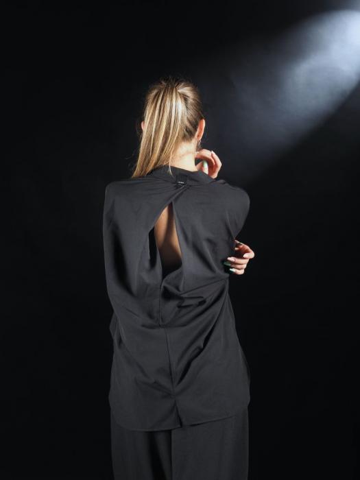 Camasa Neagra Cu Banda In Fata Si Detaliu Pe Spate [1]