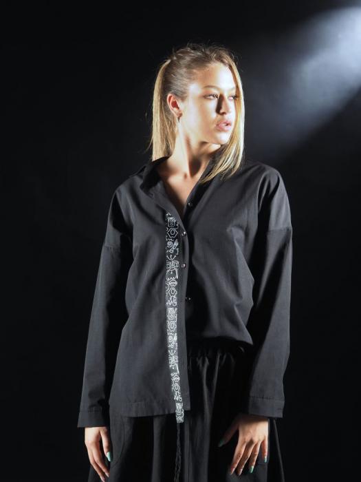 Camasa Neagra Cu Banda In Fata Si Detaliu Pe Spate [2]