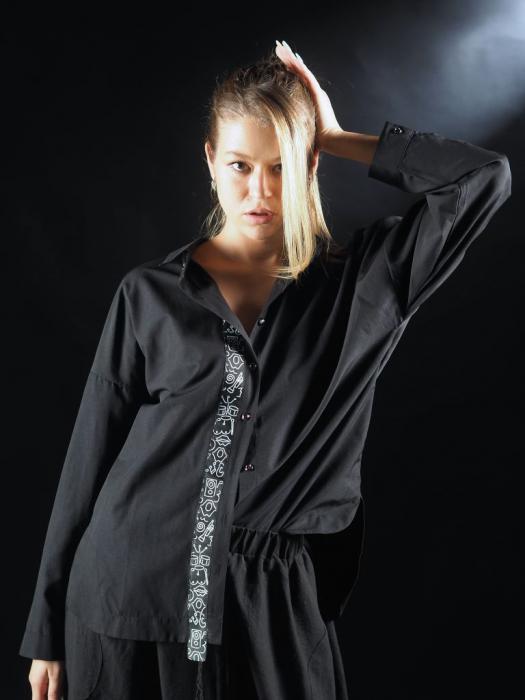 Camasa Neagra Cu Banda In Fata Si Detaliu Pe Spate [0]