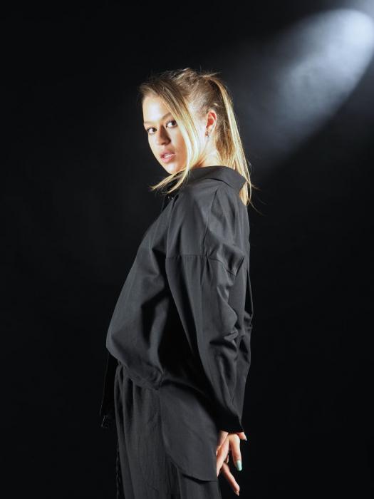 Camasa Neagra Cu Banda In Fata Si Detaliu Pe Spate [3]
