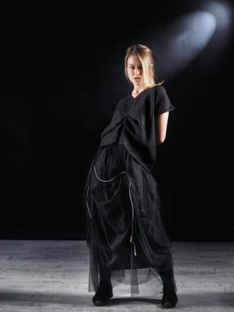Tricou Negru Cutat In Fata [3]